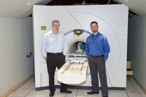 Jeffrey Illiff and Bill Rooney with the 7-Tesla MRI.