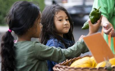 Sokhonna Hiet (left), Ryannah Thilavan and their grandmother picked up fresh vegetables in a project supported by the Knight Cancer Community Partnership Program (OHSU/Kristyna Wentz-Graff)